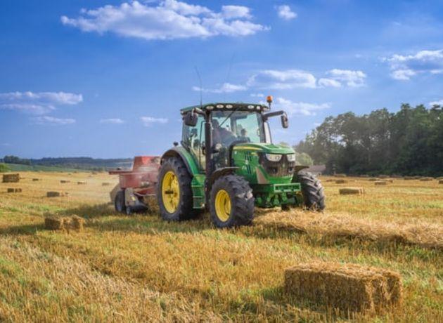 Image représentant le secteur du machinisme agricole avec un tracteur dans un champ