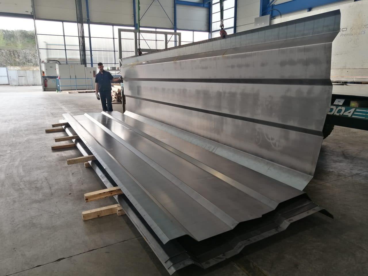 Image de côté de benne plié en acier grande longueur