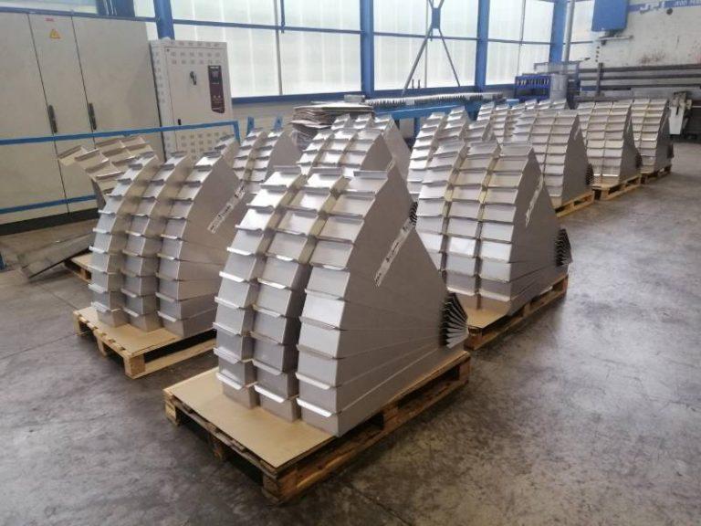 Image de pièces pliées pour caissons en Aluminium posées sur 4 palettes